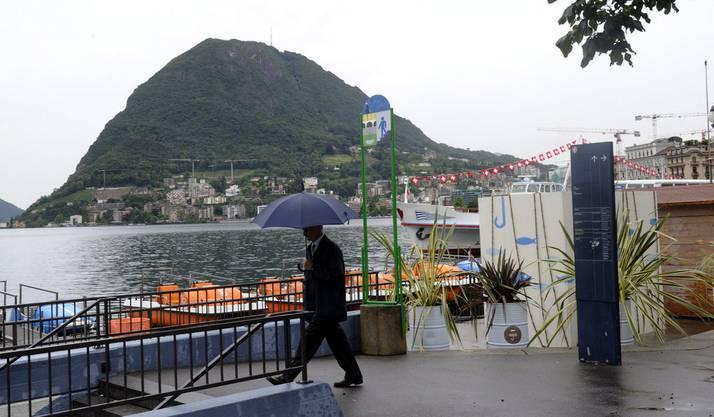 Verregnete Pedalos, am Dienstag, 12. Juni 2012 in Lugano. Im Tessin hat es zu 40 Liter pro Quadratmeter innerhalb von 12 Stunden geregnet.