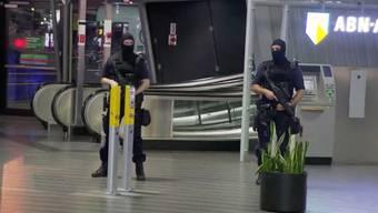 Einsatzkräfte sichern den Flughafen, nachdem er geräumt worden war. Ursache der Evakuierungsaktion: Ein Obdachloser, der sich als Terrorist ausgegeben hatte.
