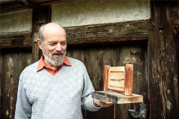 Der Meister und sein Werk: Felix Amiet zeigt in seinem Garten ein von ihm konstruiertes Wildbienenhotel.