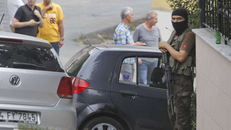 Bewaffneter türkischer Polizist vor dem US-Konsulat