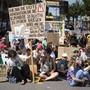 Jugendliche an einer Klimademonstration. Ob ihr Anliegen im Parlament Gehör findet, wird sich diese Woche zeigen. (Archivbild)