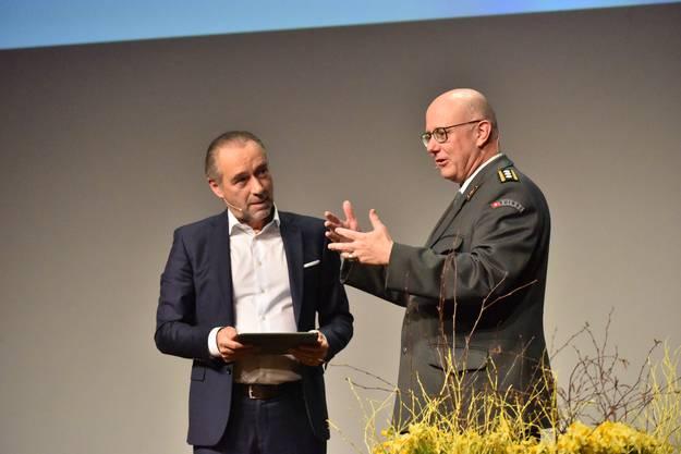 Bigi im Gespräch mit Korpskommandant Philippe Rebord.