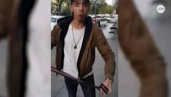 Auf dem Video ist zu sehen, wie ein Angreifer mit dem Gürtel auf das jüngere Opfer einschlägt.