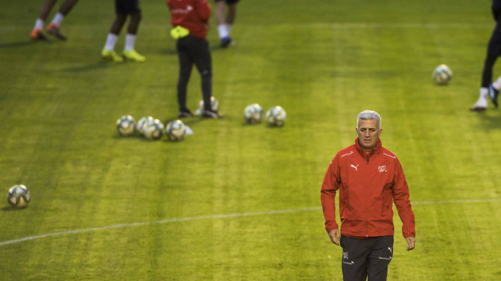 Nationaltrainer Vladimir Petkovic (Mitte) bereitet sein Team auf das Spiel gegen Katar vor