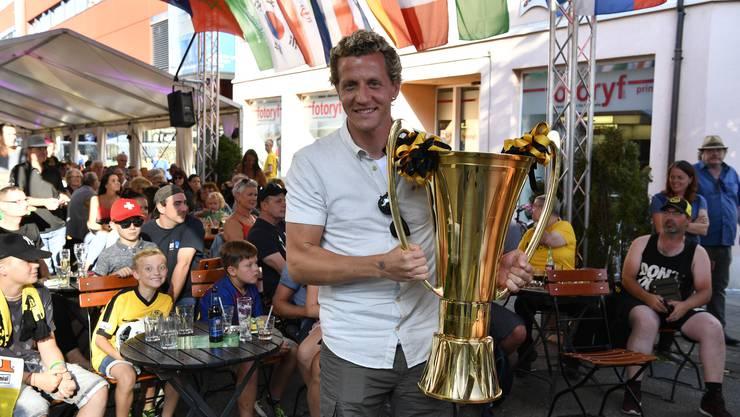Der Meistergoalie Marco Wölfli hat gleich den echten Meisterpokal mitgenommen.