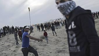 Am Rand des Gazastreifens ist es erneut zu Zusammenstössen zwischen Palästinensern und der israelischen Armee gekommen - dabei wurde ein Palästinenser getötet.