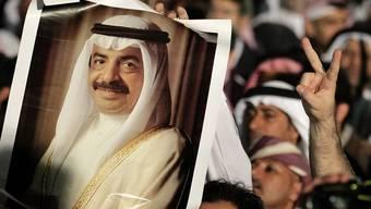 Die regierungstreuen Demonstranten zeigen in Manama Bilder von Kronprinz el Chalifa