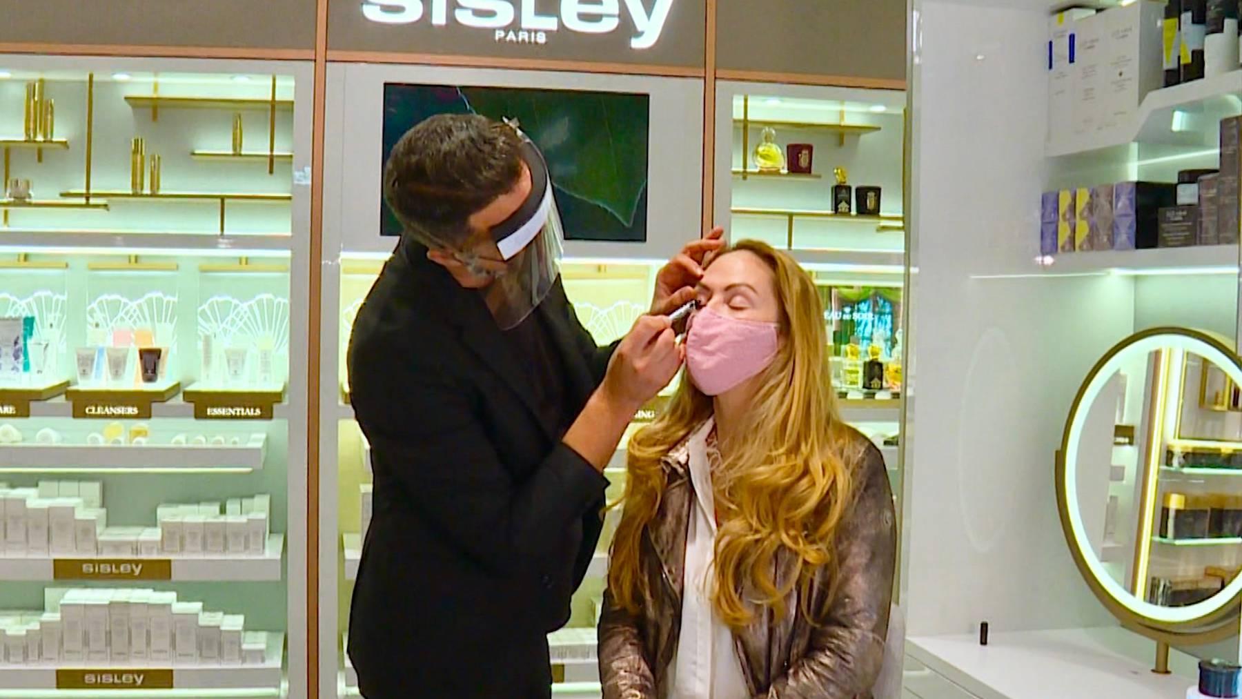 Make-Up Artist David Hahmeyer zeigt der Wettermoderatorin Jeannette Eggenschwiler, wie sie ihre Haut typgerecht pflegen kann.