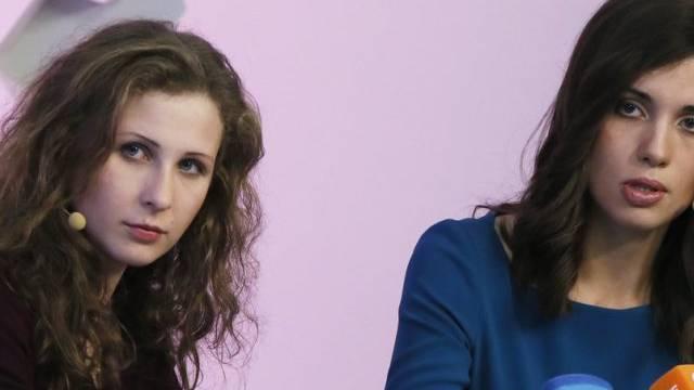 Pussy-Riot-Mitglieder Alechina und Tolokonnikowa (r.)