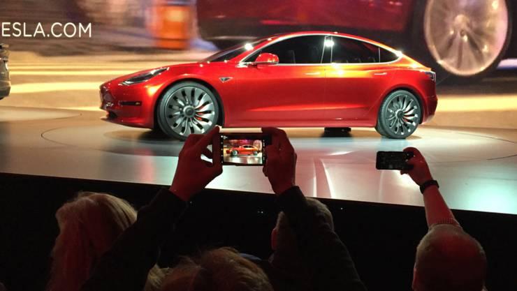 """Das günstigere Tesla """"Model 3"""" soll rascher in den Handel kommen: Deshalb will sich der Elektrofahrzeughersteller zwei Milliarden Dollar besorgen. (Archivbild)"""