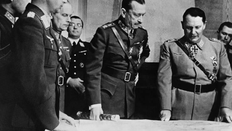 """Der finnische Feldmarschall Carl Gustaf Emil Mannerheim 1942 beim Deutschen Reichsmarschall und Oberbefehlshaber der Luftwaffe, Hermann Goering in dessen Hauptquartier auf der """"Wolfsschanze"""". Die letzten Hakenkreuze auf ihren Fliegern hat die finnische Luftwaffe erst jetzt entfernt. (Archivbild)"""