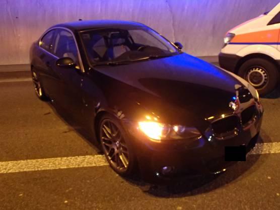 Ein 20-jähriger BMW-Fahrer touchierte zuerst die Tunnelwand und prallte dann in das korrekt fahrende Auto der Vier.