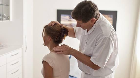 Ein Hausarzt untersucht eine Patientin (Symbolbild, Archivbild)