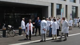 Spazieren statt demonstrieren: Die Ärzte für den Umweltschutz werden von der Polizei von dem Ensi-Vorplatz weggewiesen.