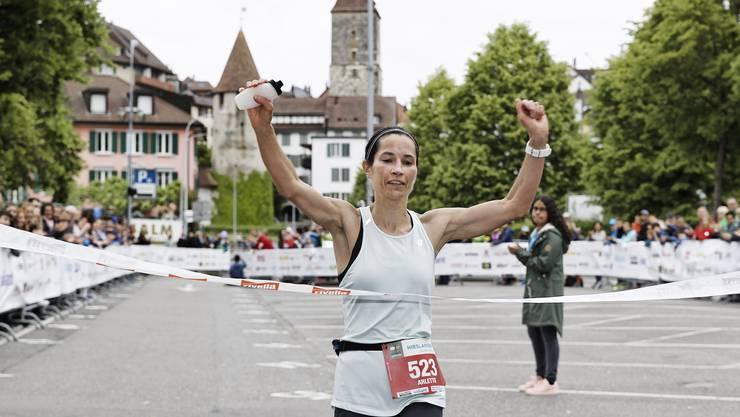Die Siegerin Arlette Maurer im Ziel in Aarau.