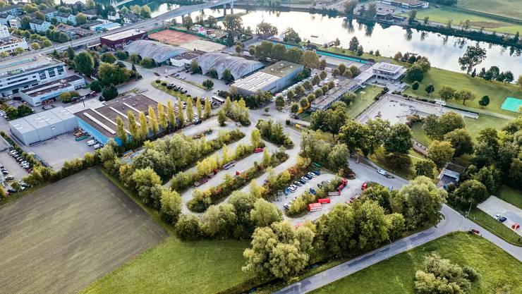 Möglicher Turnhallen-Standort für den Lehrlingssport auf dem provisorischen Parklatz der Badi in Solothurn.
