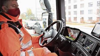 Chauffeur Francisco Abreu ist konzentriert, hat die Männer hinter dem Fahrzeug auf dem Monitor. Die beiden Belader Michi Höchli (l.) und Stephan Kuhn kennen ihr Metier.