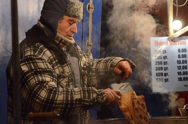 Auch die heissen Marroni dürfen nicht fehlen - daran wärmt man sich eiskalten Hände, während man durch den Markt schlendert