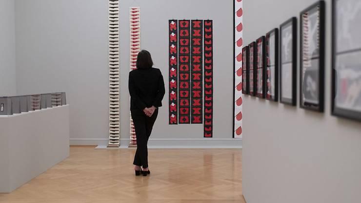 Blick in die Ausstellung zu Geta Brătescu im Kunstmuseum St. Gallen. Es ist die erste Werkschau über die rumänische Künstlerin in der Schweiz.