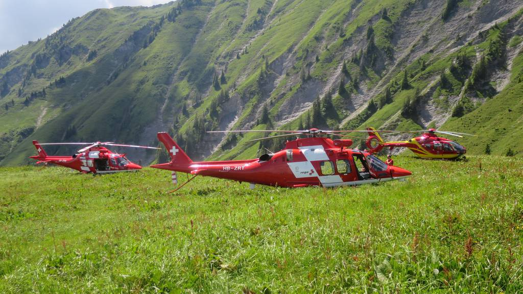 Drei Rettungshelikopter im Einsatz nach dem Seilbahnunglück am Niesen.