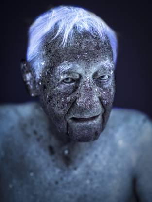 Cutis ist ein Langzeitprojekt (2012 -), welches Menschen unter Ultraviolett-Licht betrachtet und porträitiert.