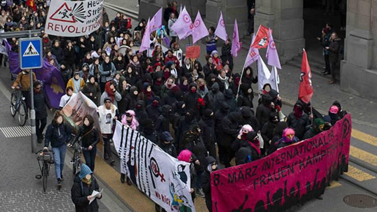 Mehrere hundert Personen, vorwiegend Frauen, nahmen in Zürich an der unbewilligten Demonstration für Frauenrechte teil.