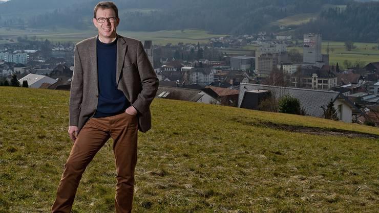 Rolf Buchser, Gemeindeammann von Schoeftland, auf der Anhoehe «Blick zur Heimat» ob Schoeftland.