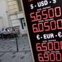Währung im freien Fall: Die türkische Lira hat gegenüber anderen Währung um über 30 Prozent an Wert verloren. (Bild: Geldwechselstube in Istanbul 10.8.2018)