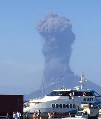 Nach einer Explosion des Vulkans Stromboli erhob sich eine Rauchwolke über der Insel.