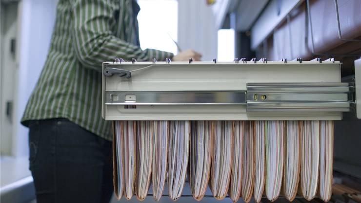 Weniger Papier, weniger Aktenberge: Das Solothurner Steueramt wird bald digitaler arbeiten. Gaetan Bally/Keystone