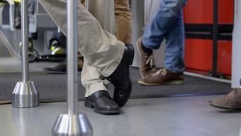 Die Schweizer sind Profis im Nutzen des öffentlichen Verkehrs (ÖV): Mehr als die Hälfte der Berufstätigen fährt mit dem Bus, dem Tram oder dem Zug zur Arbeit. Wer den ÖV für den Arbeitsweg nutzt, kommt ausserdem entspannter an, wie eine Studie zeigt. (Archivbild)