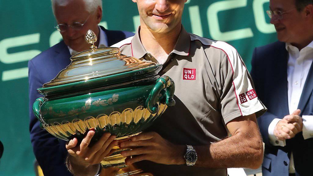 Rasenkönig: Roger Feder mit der Siegertrophäe von Halle am letzten Sonntag