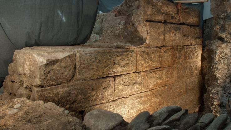 Die aus Bossenquadern errichtete Mauer, die bei den Ausgrabungen an der Spiegelgasse freigelegt wurde, gehört zu einem repräsentativen Wohnbau aus dem 13. Jahrhundert und wird erhalten bleiben.