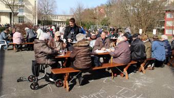 Auch Turgis Gemeindeammann Adrian Schoop servierte am Suppentag im Regionalen Pflegezentrum Baden.