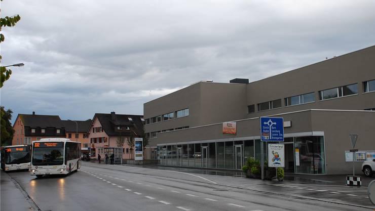 Im Wohn- und Geschäftshaus beim Mellinger Lindenplatz hat bisher bloss die Post eine Filiale eröffnet.