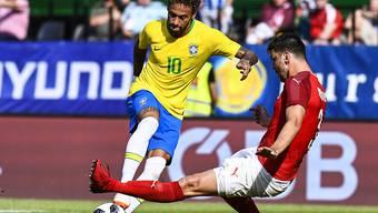 Brasiliens Superstar Neymar lässt vor dem 2:0 Alexander Dragovic aussteigen