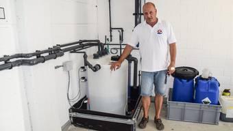 Roger Marti im Technikraum des Bremgarter Freibades vor dem Mischbehälter, aus dem am Dienstag eine hochtoxische Substanz entwichen ist.