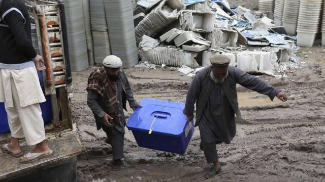 Mitarbeiter der afghanischen Wahlkommission mit Stimmzettel-Boxen