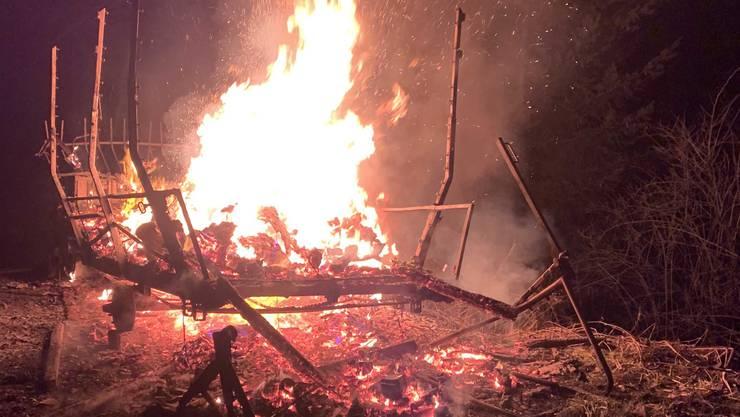 In Reitnau steckten Unbekannte einen Landwirschaftsanhänger in Brand.