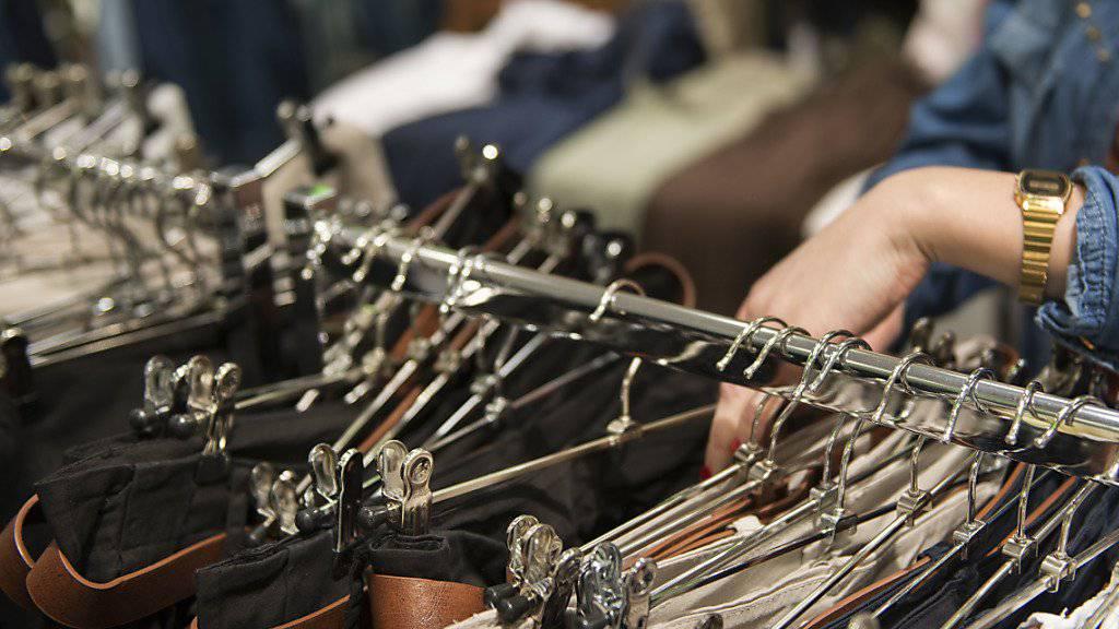 Leere Geschäfte statt volle Kleiderständer: Die Modekette Yendi steckt in ernsthaften finanziellen Schwierigkeiten. Die Gewerkschaft Unia verlangt Informationen und Garantien für das Personal. (Symbolbild)