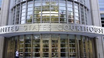 """Vor dem Gericht in New York plädiert Webb auf """"nicht Schuldig""""."""