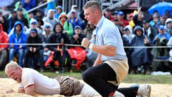 Remo Käser (r.) gewann gestern im vierten Gang des Oberaargauischen Schwingfestes gegen Matthias Zimmermann.