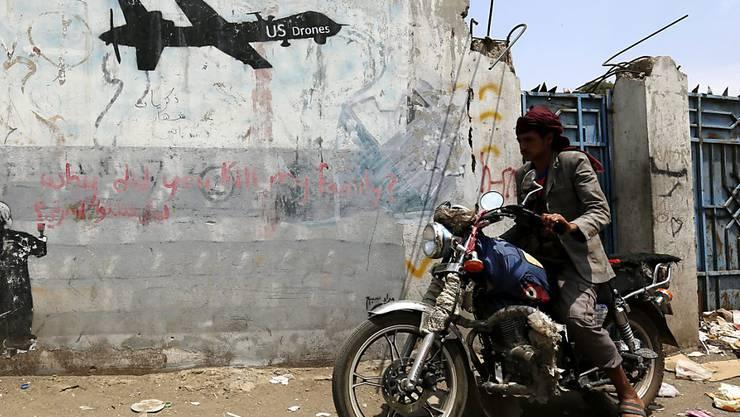 Ein Graffiti in der jemenitischen Hauptstadt Sanaa gegen US-Drohnen-Angriffe. (Archivbild)