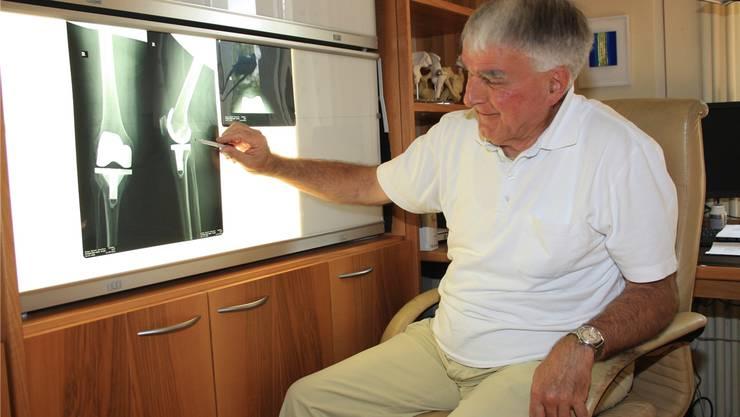 Markus Steiner schaut sich in seinem Sprechzimmer eine Röntgenaufnahme an.