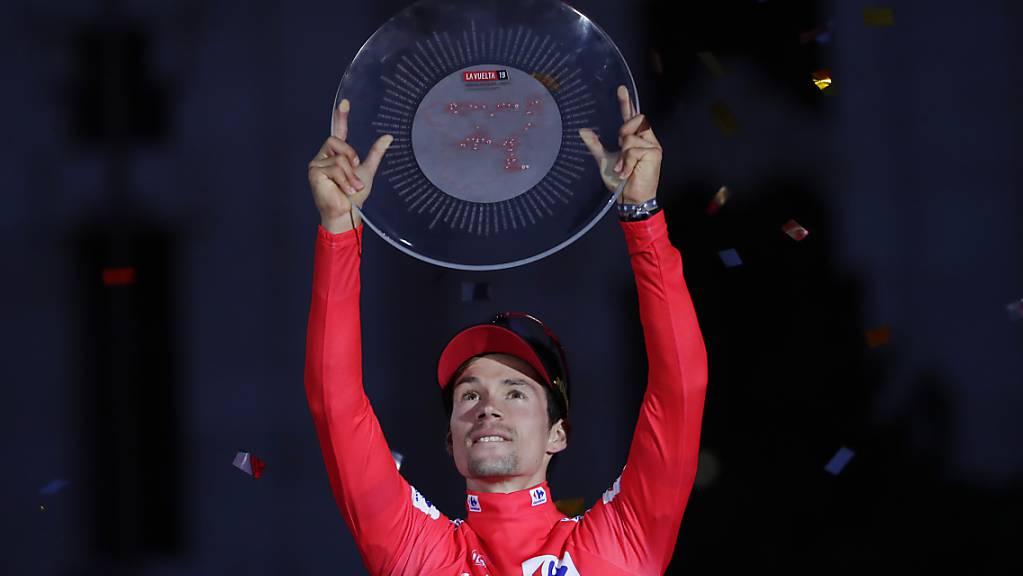 Primoz Roglic stemmt in Madrid den Siegerpokal der Vuelta in die Höhe