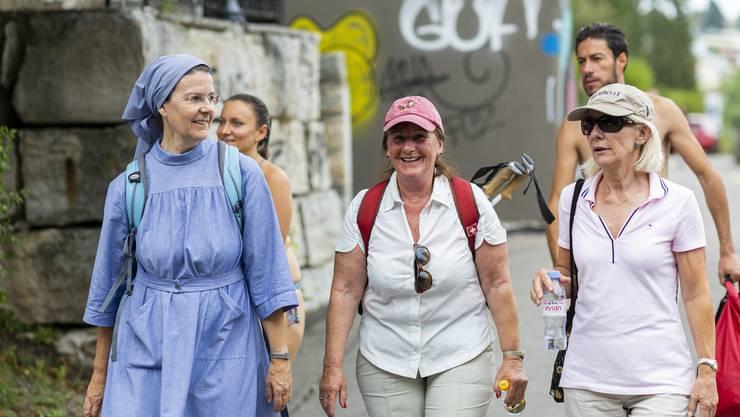 Priorin Irene Gassmann, Kloster Fahr, Brigitta Johner, alt Kantonsratspräsidentin ZH, und Ursula Diebold, Sprecherin Aargauische Kantonalbank, von links, auf der 8. Etappe Leserwandern von Zürich nach Schlieren, am 26. Juli 2019.