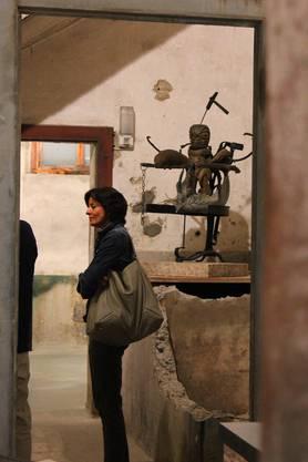 Eine Besucherin schlendert durch die Räume.