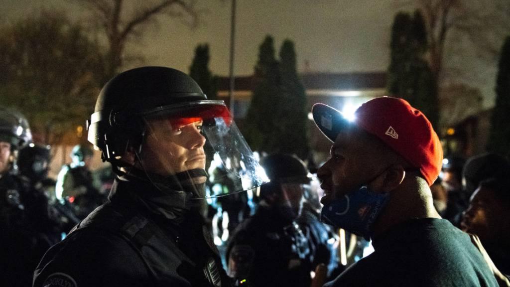 Ein Demonstrant spricht mit einem Polizisten nach einem neuen Fall von Polizeigewalt. Foto: Imagespace/imageSPACE via ZUMA Wire/dpa