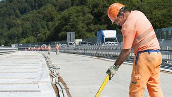Schluss mit langen Hosen bei grösster Hitze im Strassenbau: Ab sofort dürfen Bauarbeiter kurze Hosen tragen. (Archivbild)