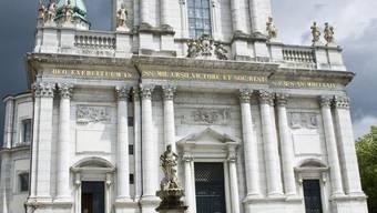 Heute ist das Innere der St. Ursenkathedrale mit Gerüsten ausgekleidet. Auch die Freitreppe ist abgesperrt. Keine Chance für Hochzeitspaare hier ihren schönsten Tag des Lebens zu feiern.